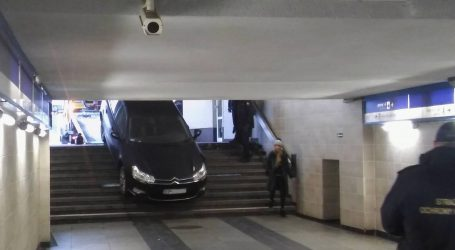 Próbował zjechać samochodem po schodach
