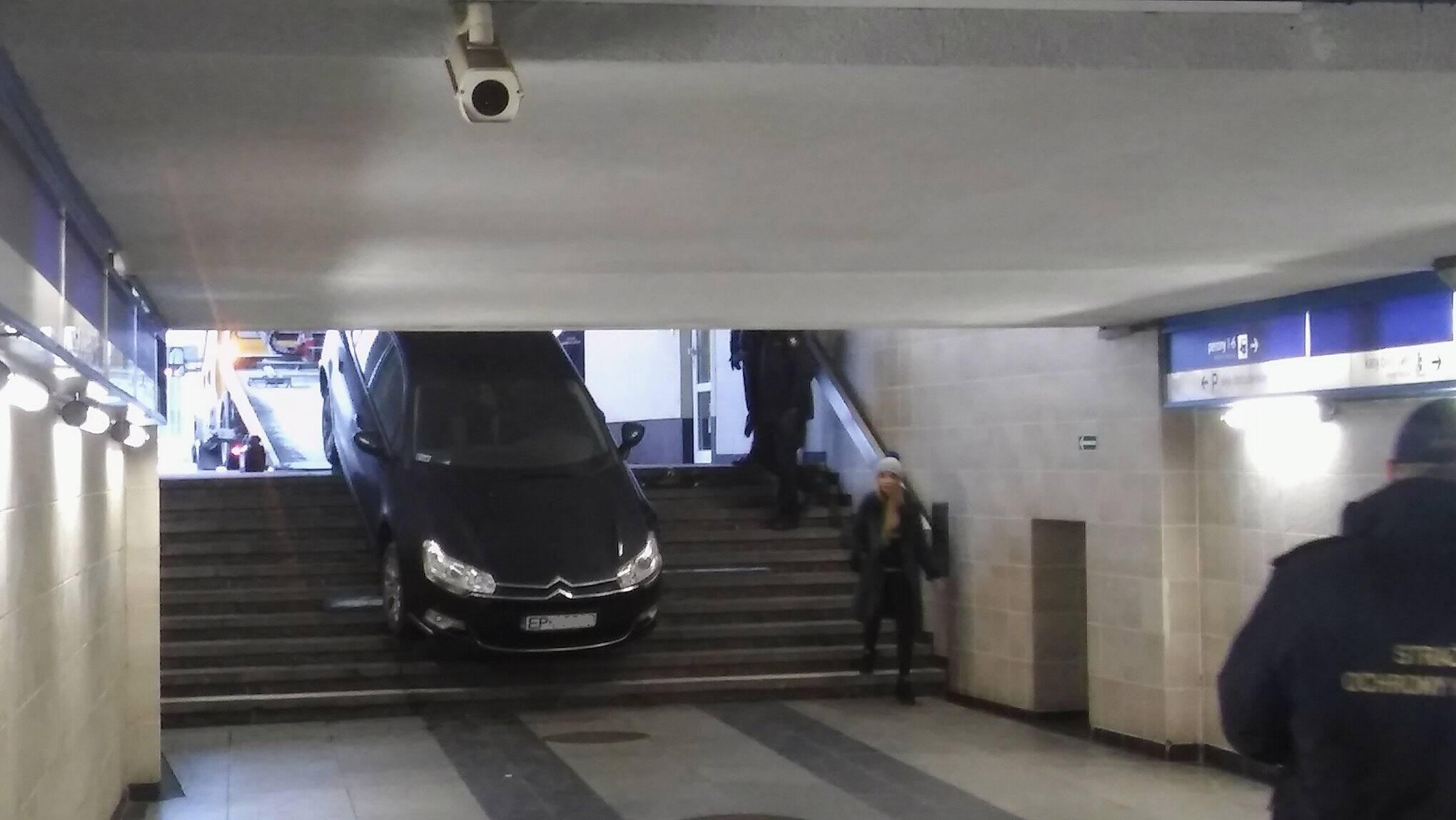 Photo of Próbował zjechać samochodem po schodach