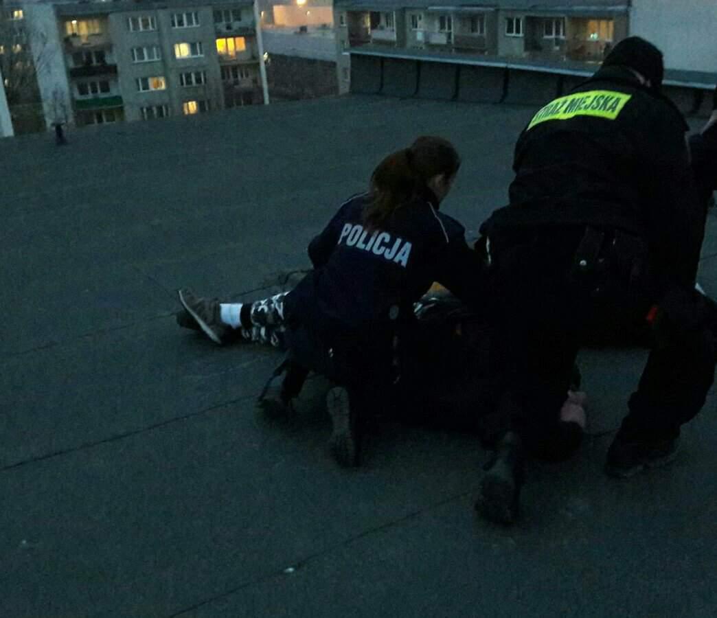 Photo of Chciał skoczyć z dachu. Prawdopodobnie był po dopalaczach