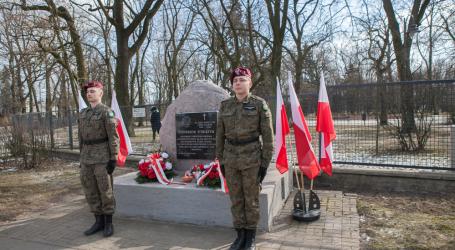 Złożyli kwiaty pod pomnikiem Żołnierzy Wyklętych