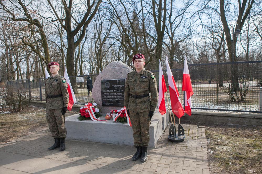 Photo of Złożyli kwiaty pod pomnikiem Żołnierzy Wyklętych