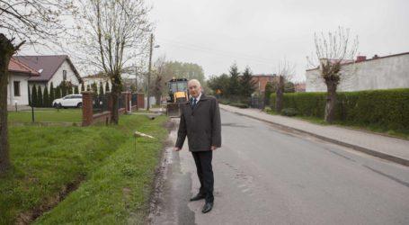 W Moszczenicy remontują drogę i chodnik