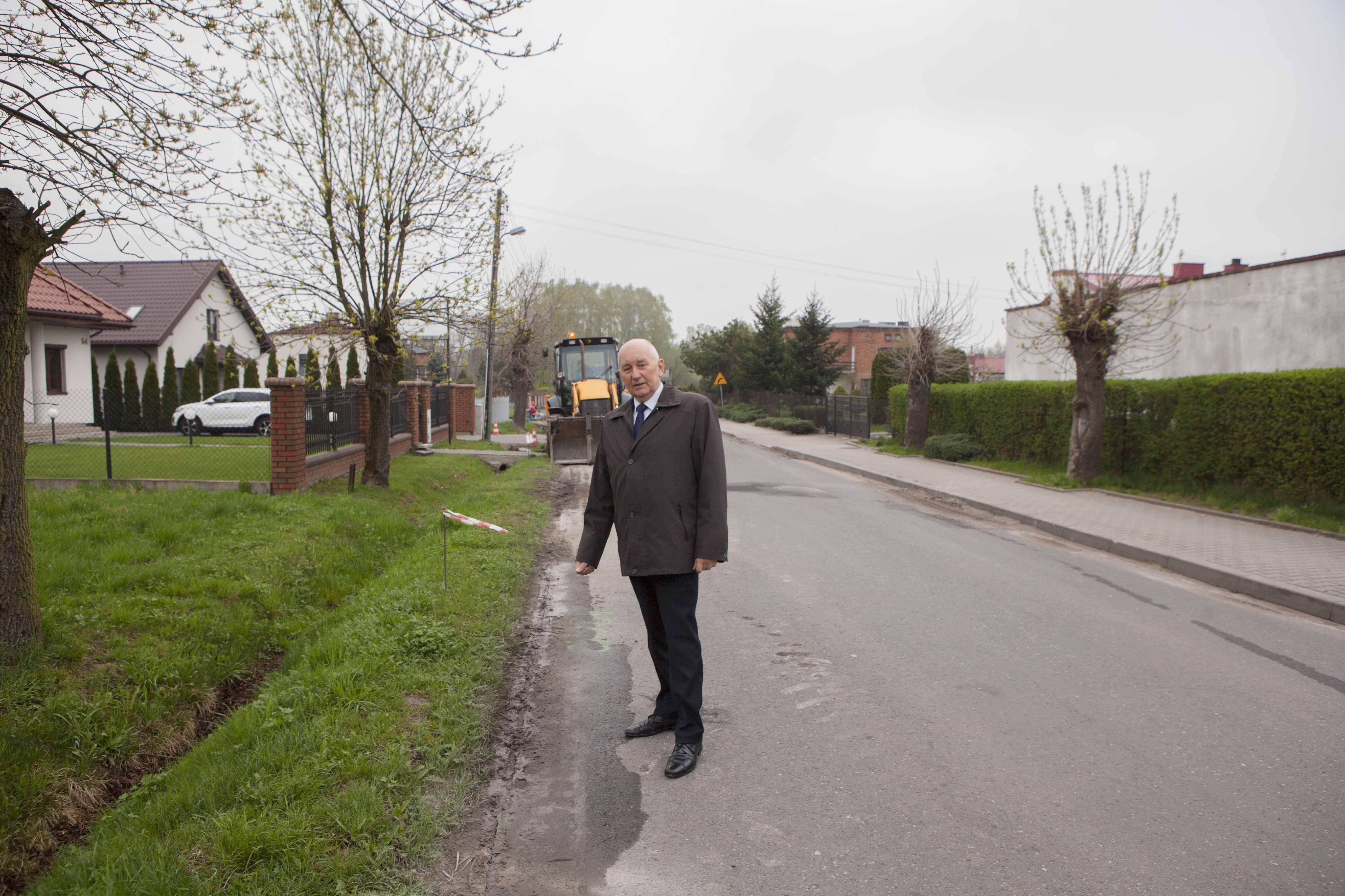 Photo of W Moszczenicy remontują drogę i chodnik