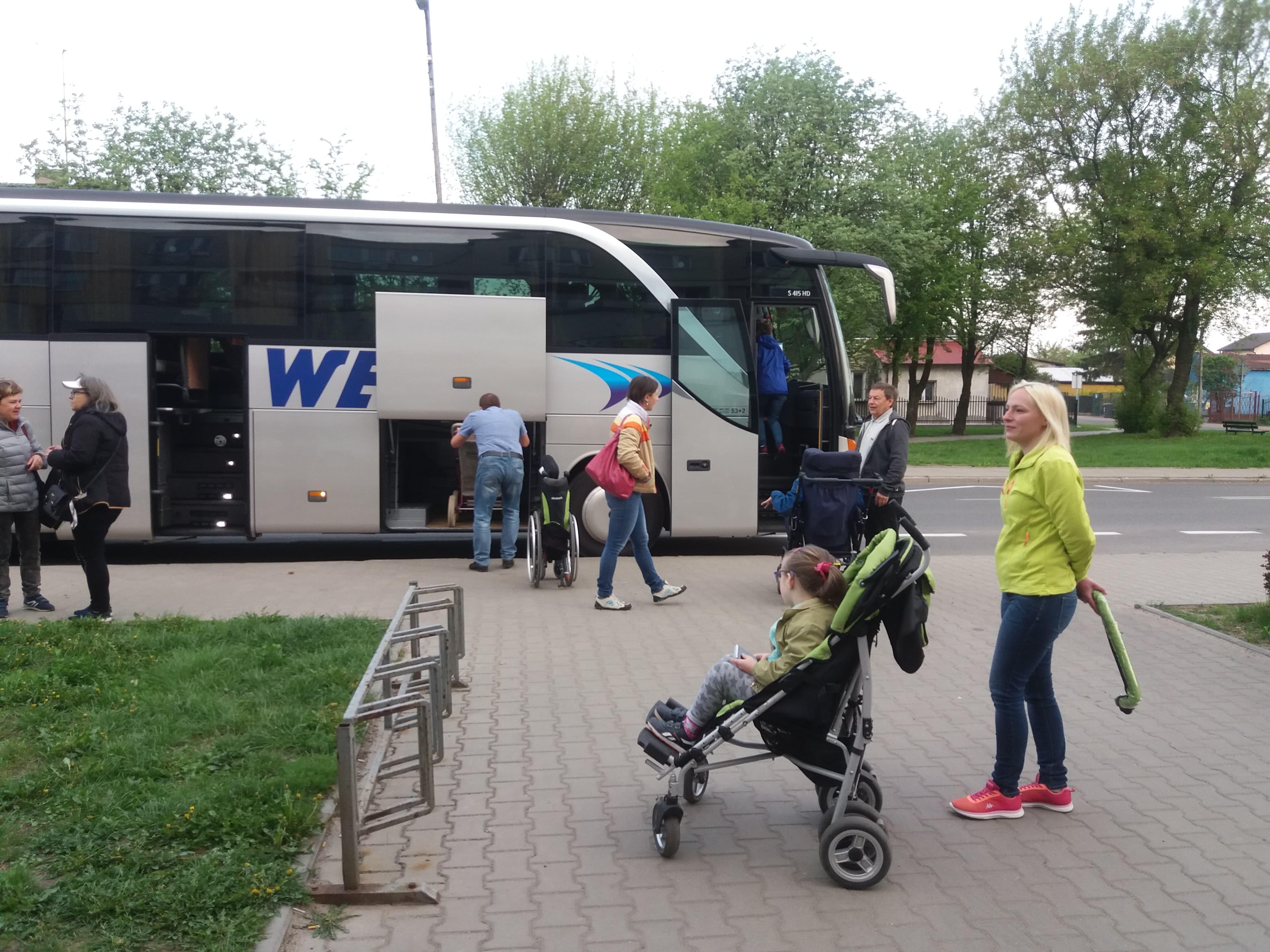 Photo of Niepełnosprawne dzieci z Piotrkowa w drodze przed Sejm