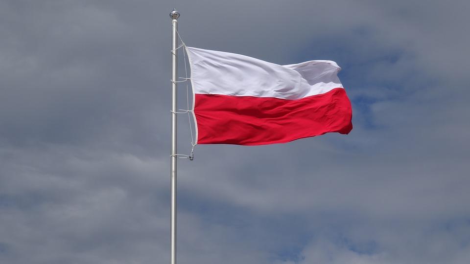 Photo of Dziś dzień biało-czerwonej. Poradnik jak poprawnie wieszać flagę?