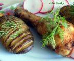 Ziemniaki Hasselback z pieczonymi podudziami kurczaka