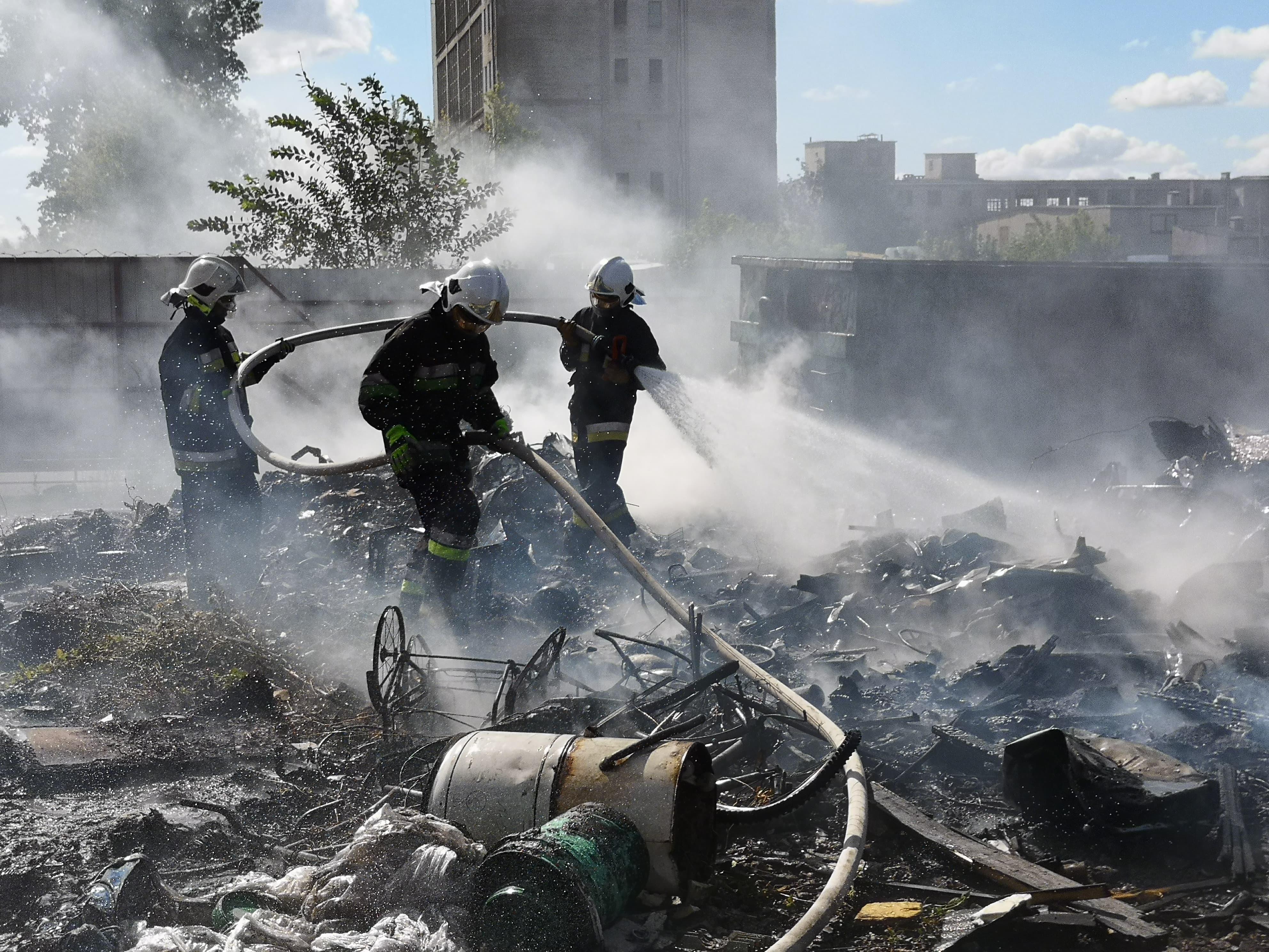 Photo of Pożar złomowiska w Woli Krzysztoporskiej