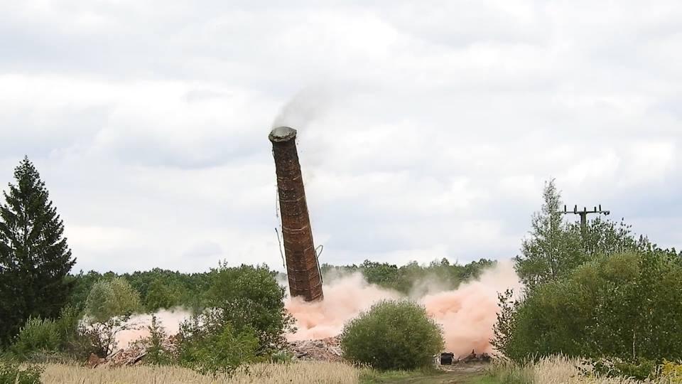 Photo of Komin ze starej cegielni wysadzony w powietrze [VIDEO]