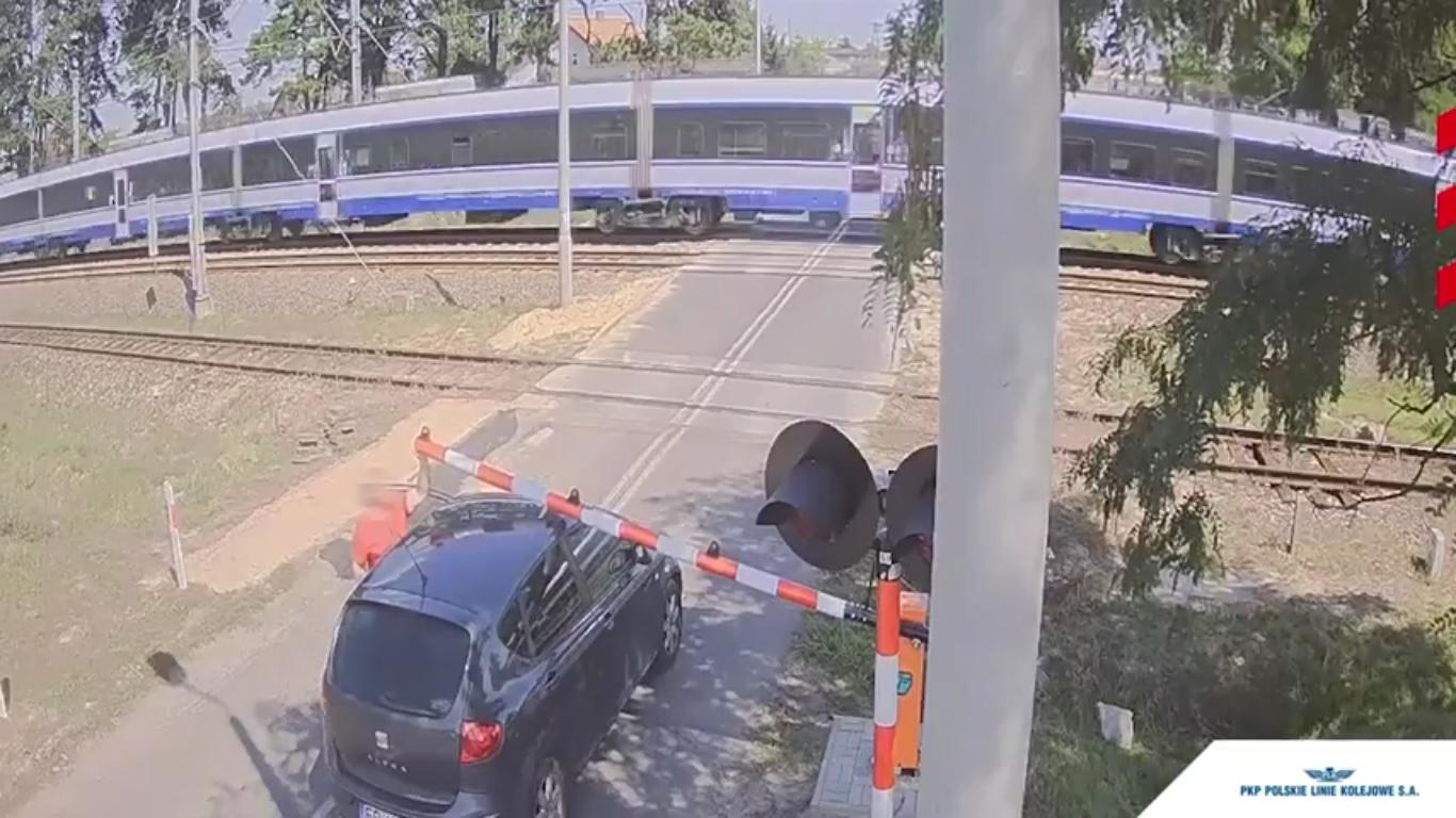 Photo of Skrajna nieodpowiedzialność na przejeździe kolejowym – FILM