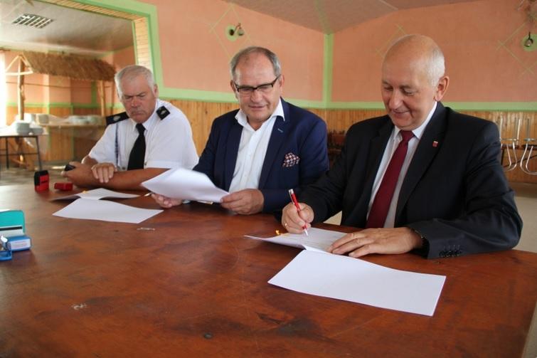 Photo of Dotacja i nowy sprzęt dla strażaków z gminy Moszczenica