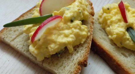 Pasta jajeczna z serkiem, czyli śniadanie dla zabieganych