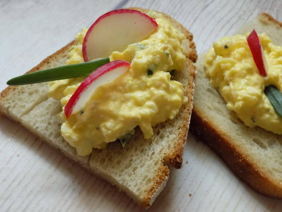 Photo of Pasta jajeczna z serkiem, czyli śniadanie dla zabieganych