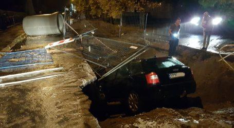 Auto wpadło do wykopu
