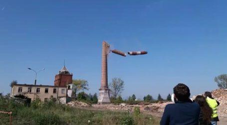 Wyburzanie komina w Moszczenicy [POSŁUCHAJ RELACJI, ZOBACZ FILM]