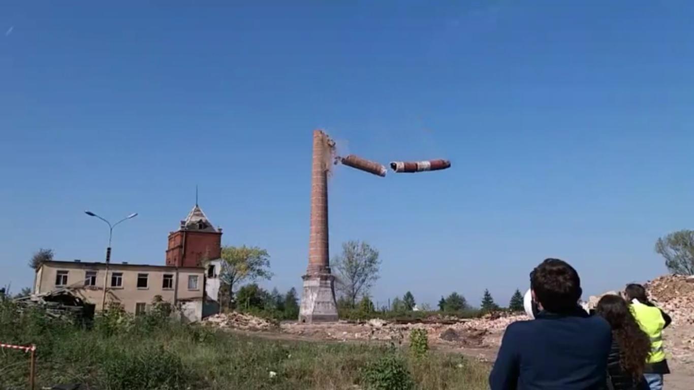 Photo of Wyburzanie komina w Moszczenicy [POSŁUCHAJ RELACJI, ZOBACZ FILM]