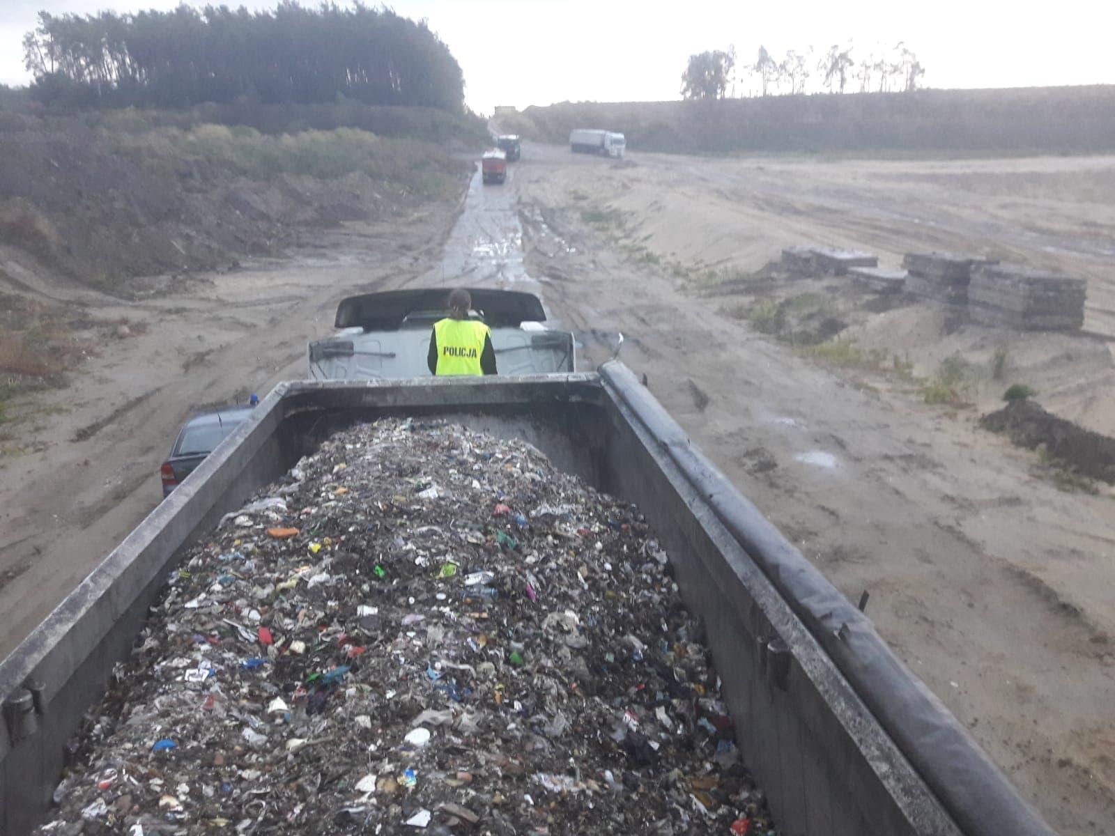 Photo of Nielegalne wysypisko odpadów pod Piotrkowem