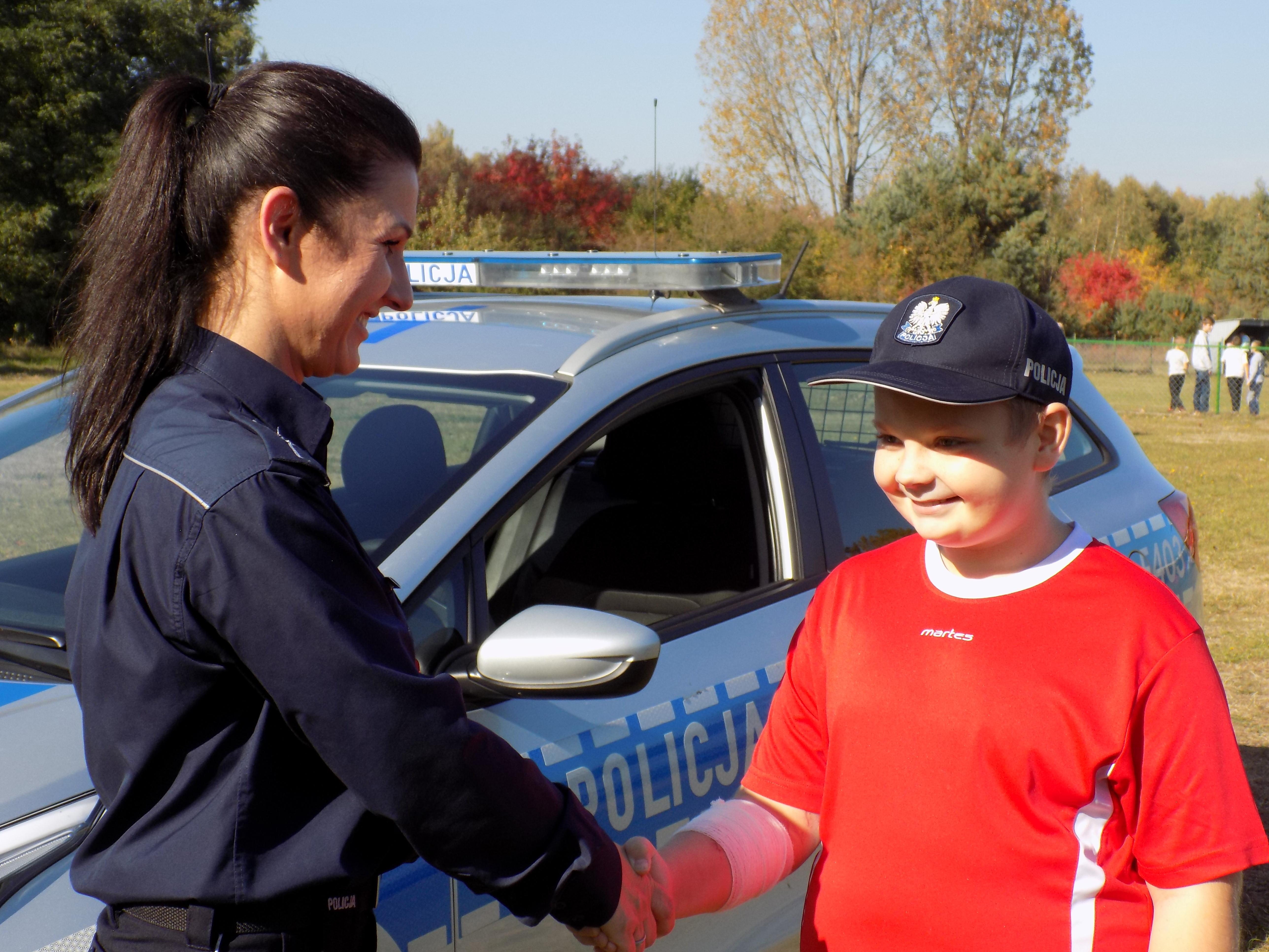 Photo of Policjanci pogratulowali bohaterskiemu 12-latkowi