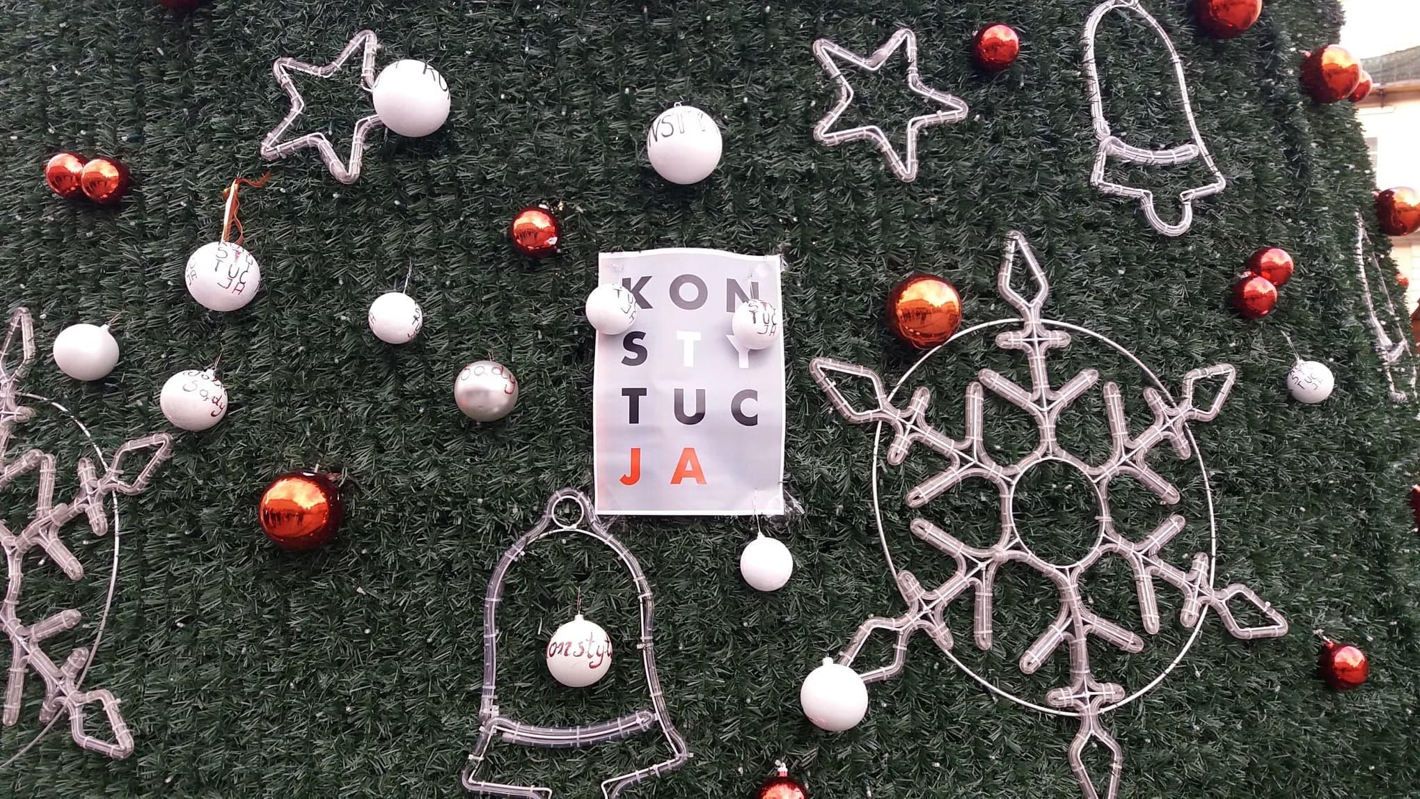 """Photo of Bombki z napisem """"Konstytucja"""" na miejskiej choince"""