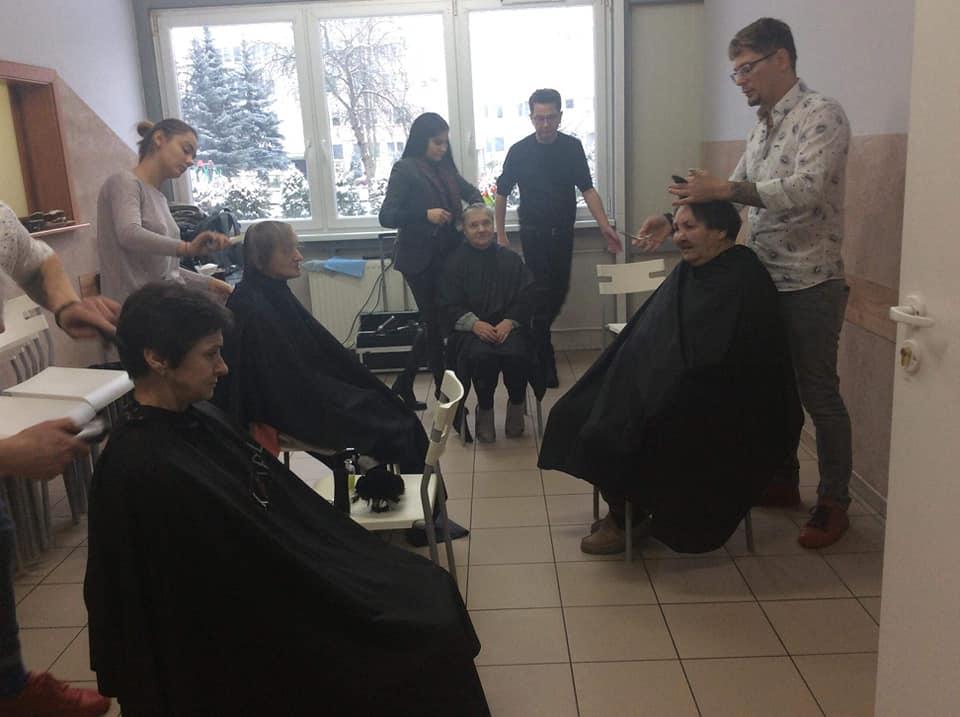 Photo of Fryzjerski Mistrz Świata strzygł bezdomnych w Piotrkowie – WYWIAD
