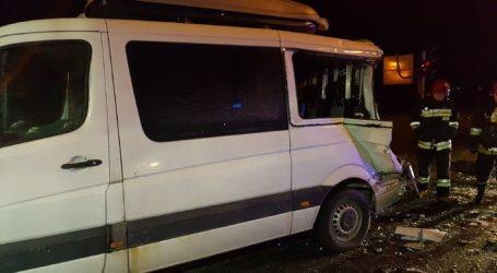 Kolizja łotewskiego busa. Samochodem podróżowało 7 dzieci i 2 dorosłych