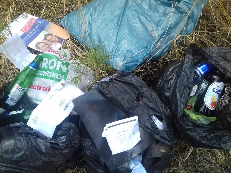 Photo of Worki śmieci na Wapiennikach. W środku koperta z nazwiskiem