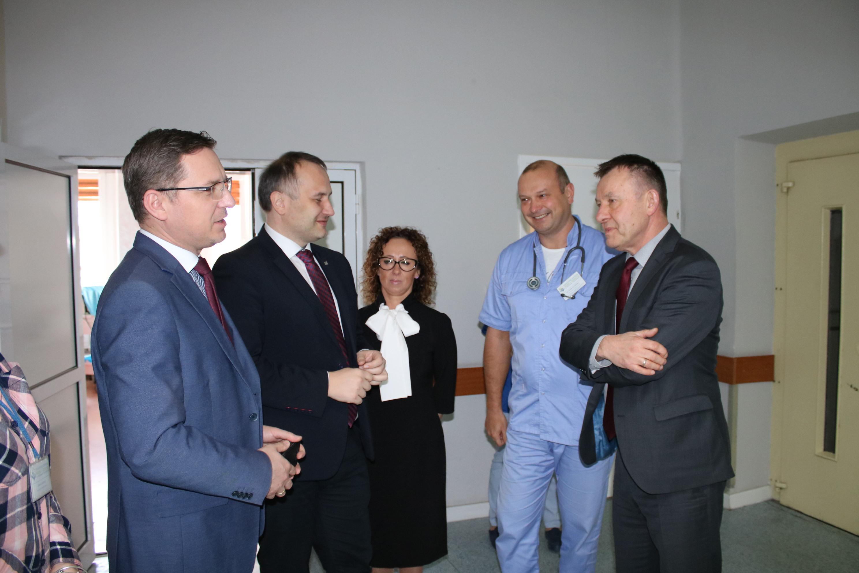 Photo of Co dalej ze szpitalami w Piotrkowie? Spotkanie wojewody ze starostą i marszałkiem