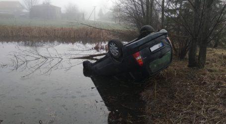 Opel dachował w stawie