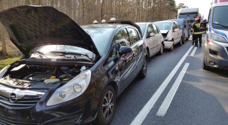 Karambol w Poniatowie. 8 osób trafiło do szpitala w tym 3-miesięczne dziecko. Rozbitych 5 aut