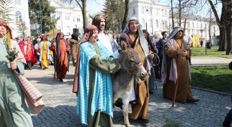 Niedziela Palmowa w Piotrkowie. Jezus przyjechał na osiołku – FOTORELACJA