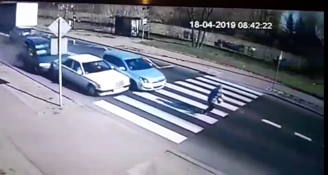 Photo of Kolizja 4 samochodów w Sulejowie – film z miejsca wypadku