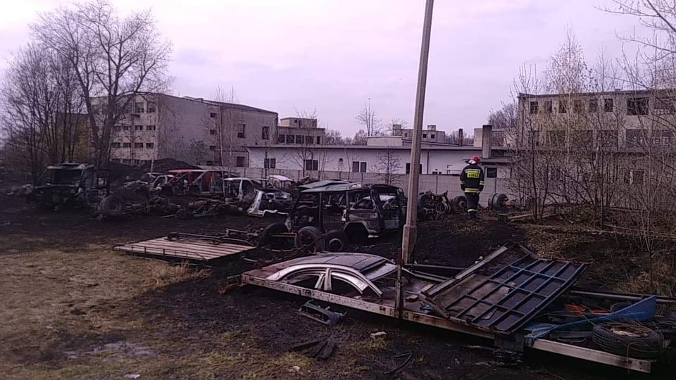 Photo of Paliła się dziupla z nielegalnymi częściami samochodowymi w Woli Krzysztoporskiej