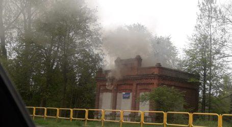 Pożar w budynku byłej wąskotorówki w Uszczynie