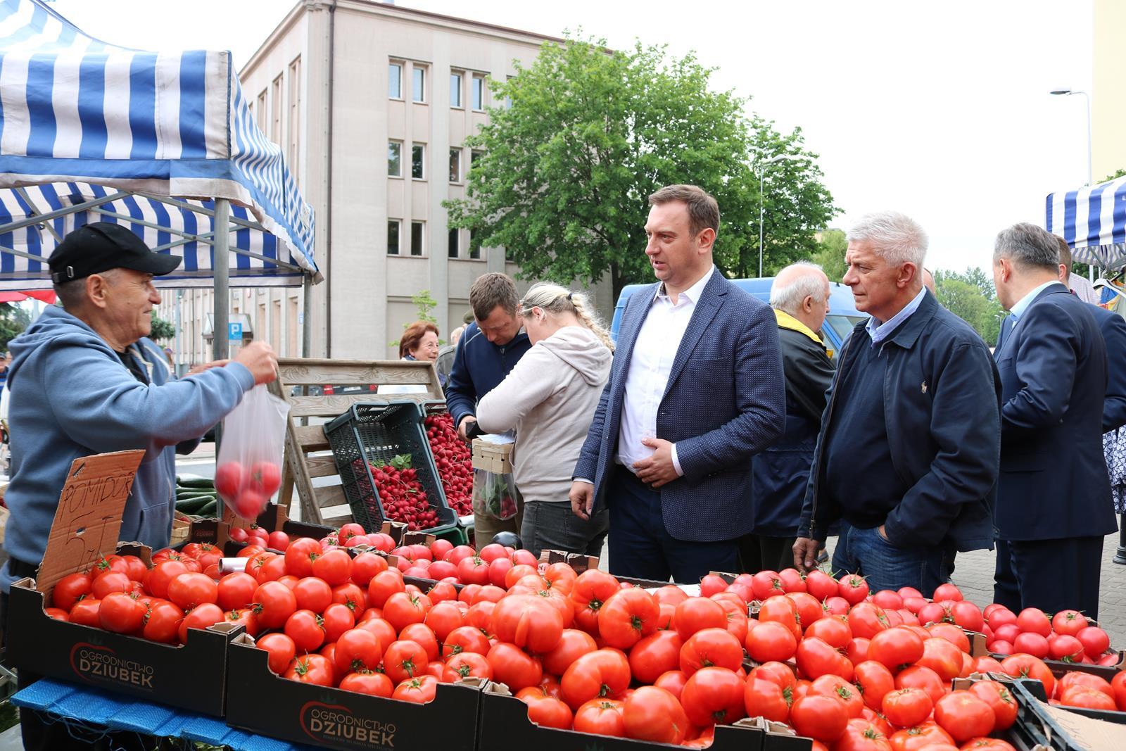Photo of Ostatnia wyborcza prosta. Marek Belka kupuje w Piotrkowie pomidory