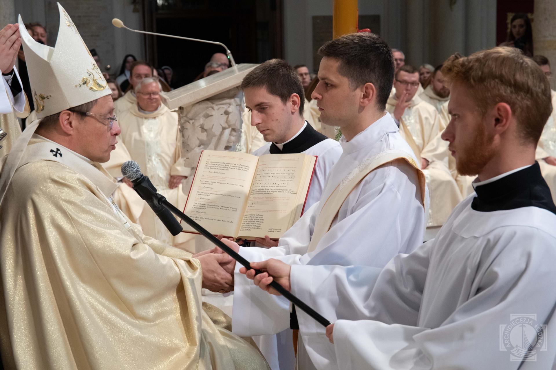 Photo of Święcenia dziewięciu nowych księży. Jeden z nich, trafi do parafii w Srocku