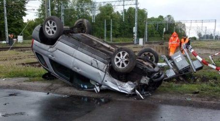 Dachowanie na przejeździe kolejowym w Babach i zderzenie ciężarówek w Przygłowie