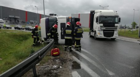 Ciężarówka przewróciła się na rondzie w Rokszycach