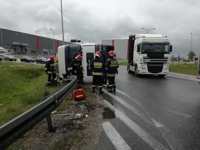 Photo of Ciężarówka przewróciła się na rondzie w Rokszycach