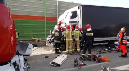 Kierowca uwięziony w rozbitym pojeździe. Ruch na S8 w kierunku Wrocławia zablokowany – FILM