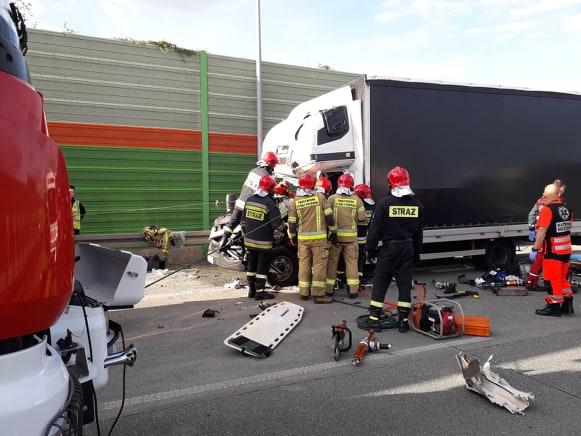 Photo of Kierowca uwięziony w rozbitym pojeździe. Ruch na S8 w kierunku Wrocławia zablokowany – FILM