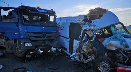 Zderzenia busa z ciężarówką. A1 zablokowana – FILM