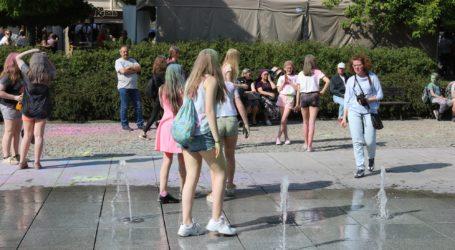 Sanepid przypomina: fontanna to nie miejskie kąpielisko!