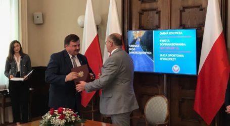 Rozprza z dofinansowaniem. Umowę z wojewodą podpisał wójt Janusz Jędrzejczyk