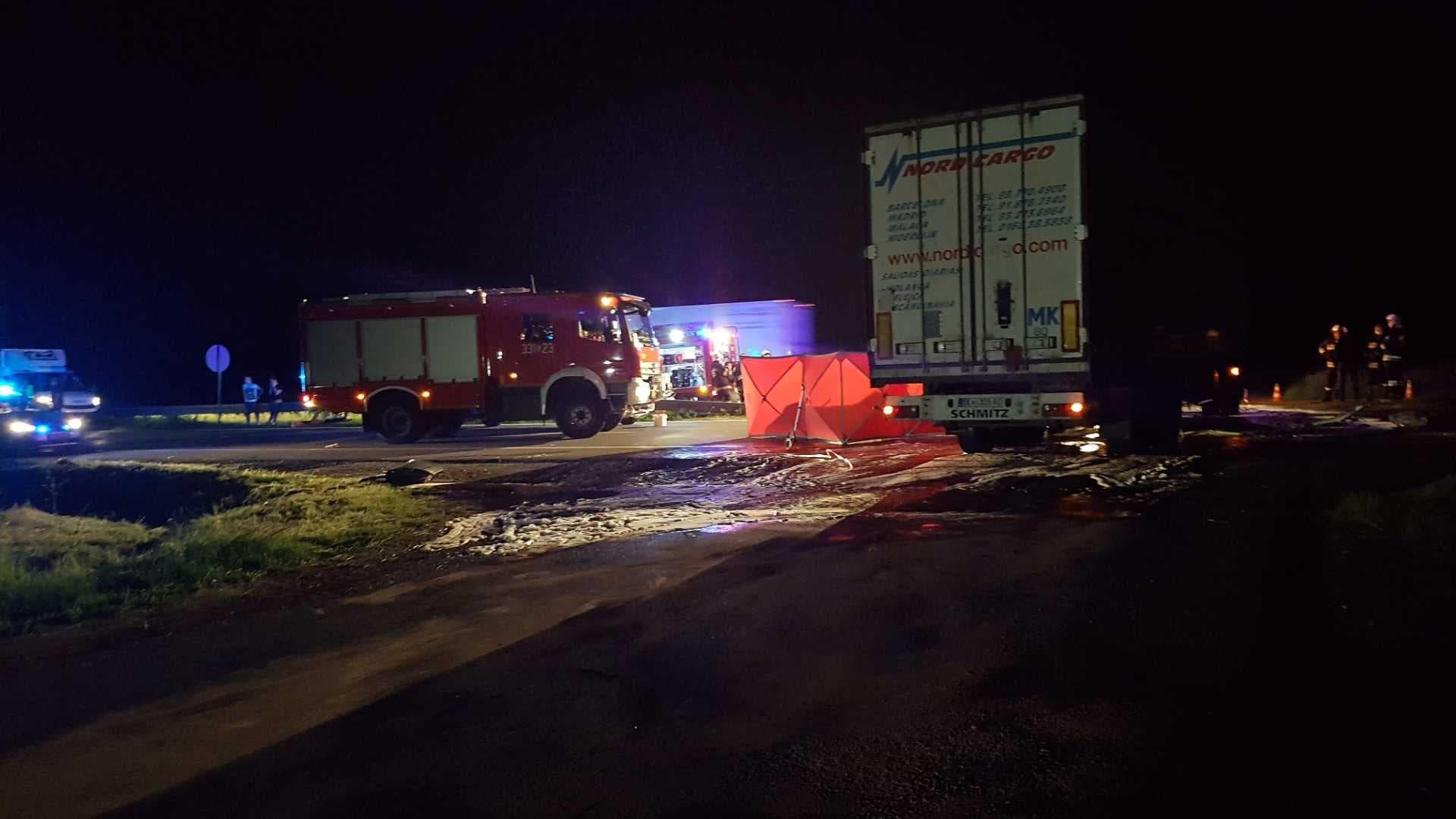 Photo of Śmiertelny wypadek na DK1. Audi wbiło się pod ciężarówkę