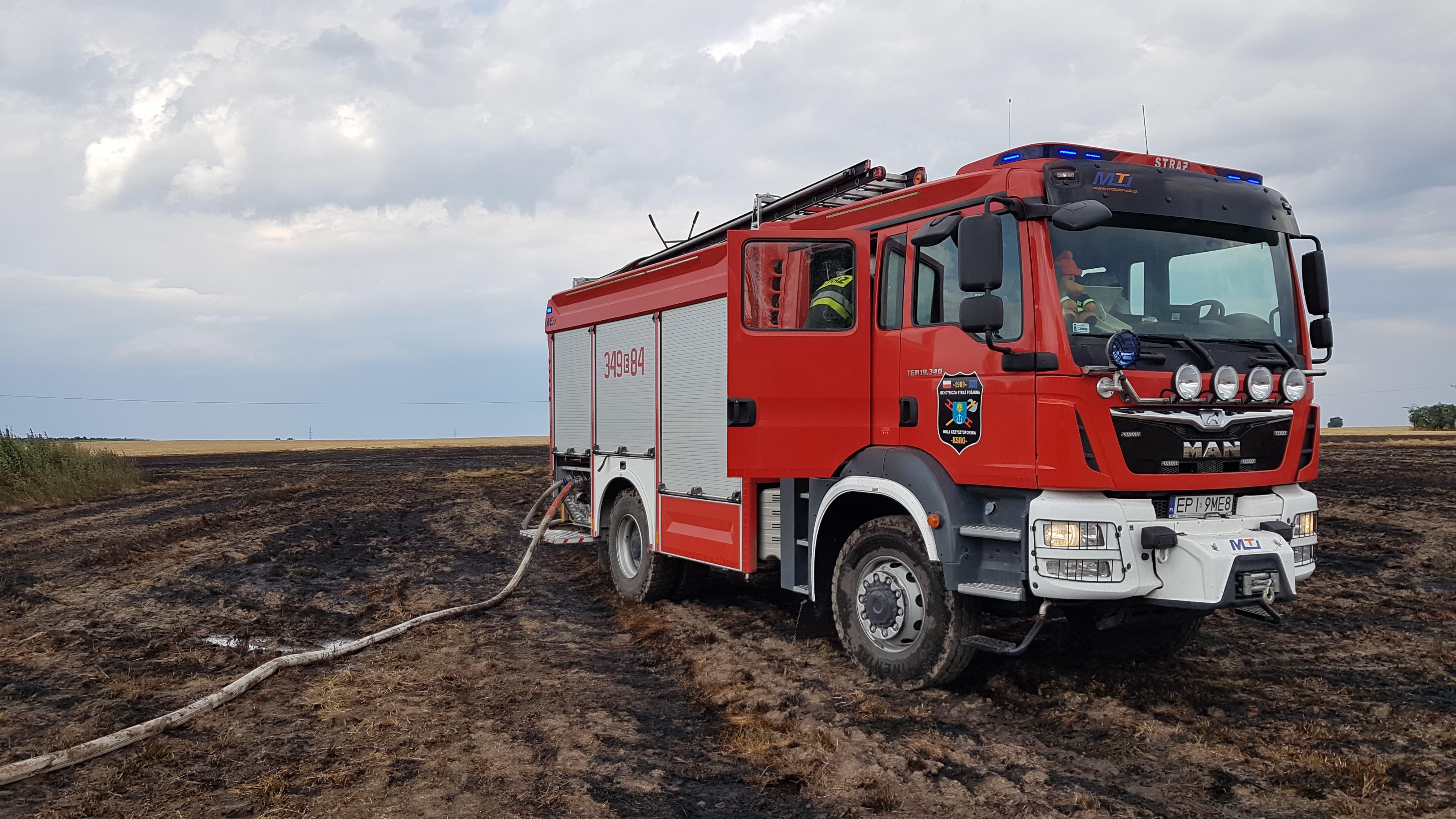 Photo of Ponad 20 zastępów strażaków walczy z pożarami na polach powiatu