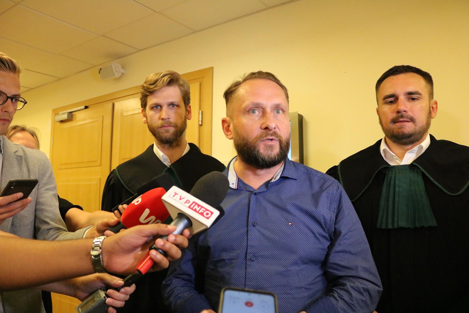 Photo of Kamil Durczok opuszcza policyjny areszt – POSŁUCHAJ OŚWIADCZENIA