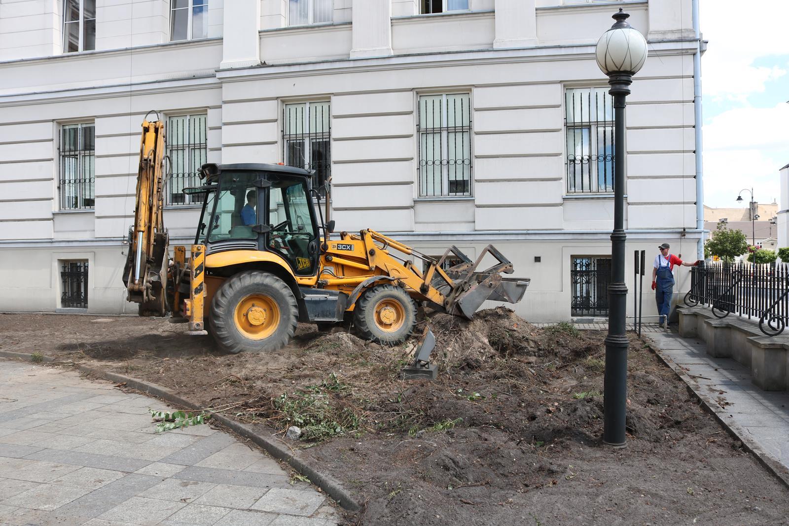 Photo of Wycinka drzew przed gmachem sądów. Będzie remont na dziedzińcu