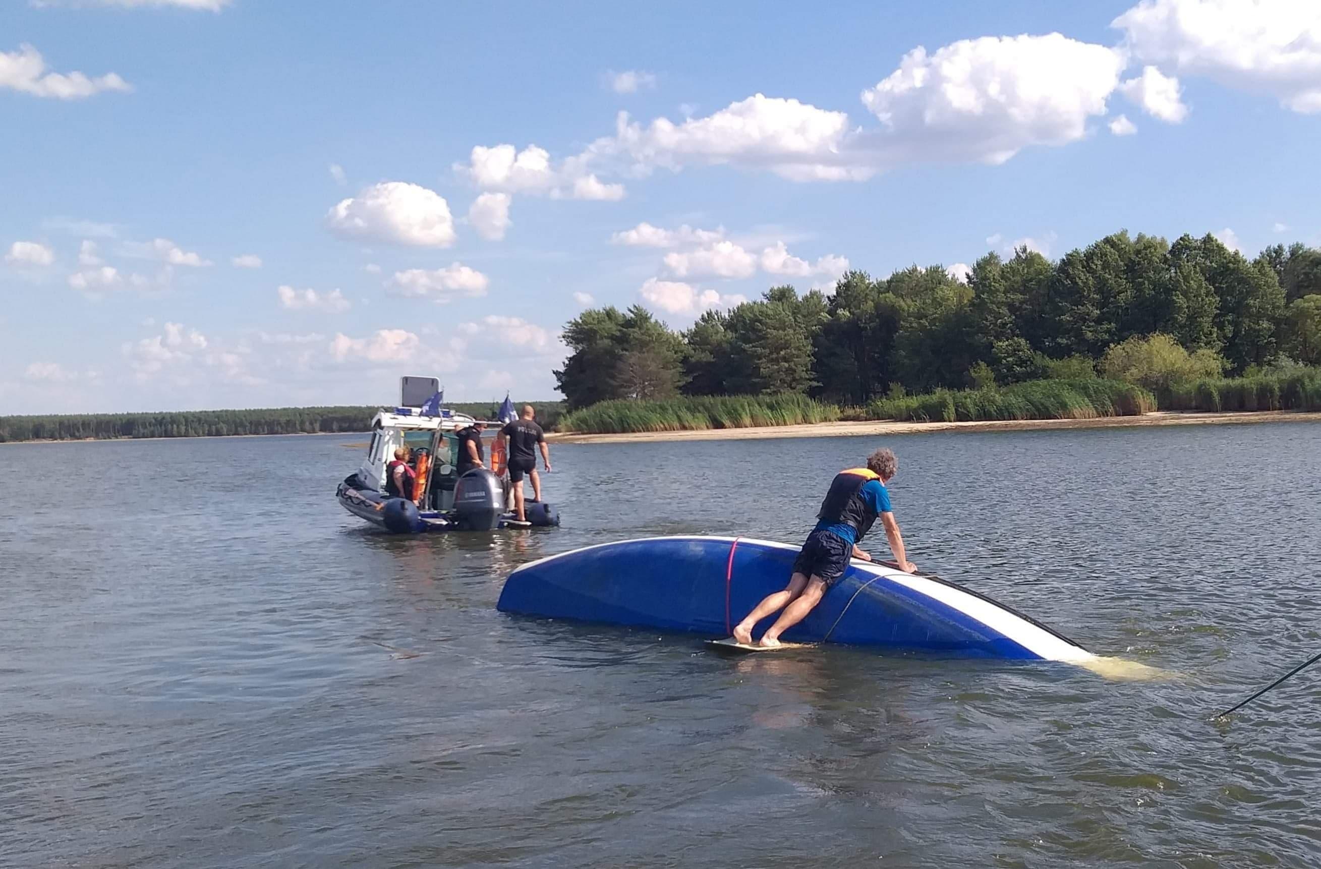 Photo of Wiatr przewrócił łódkę. Dwoje żeglarzy wpadło do wody