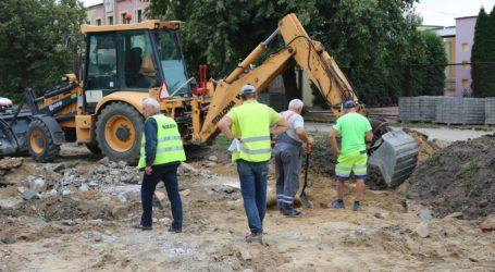 Operator koparki uszkodził gazociąg na ulicy Żelaznej – FOTO, WIDEO