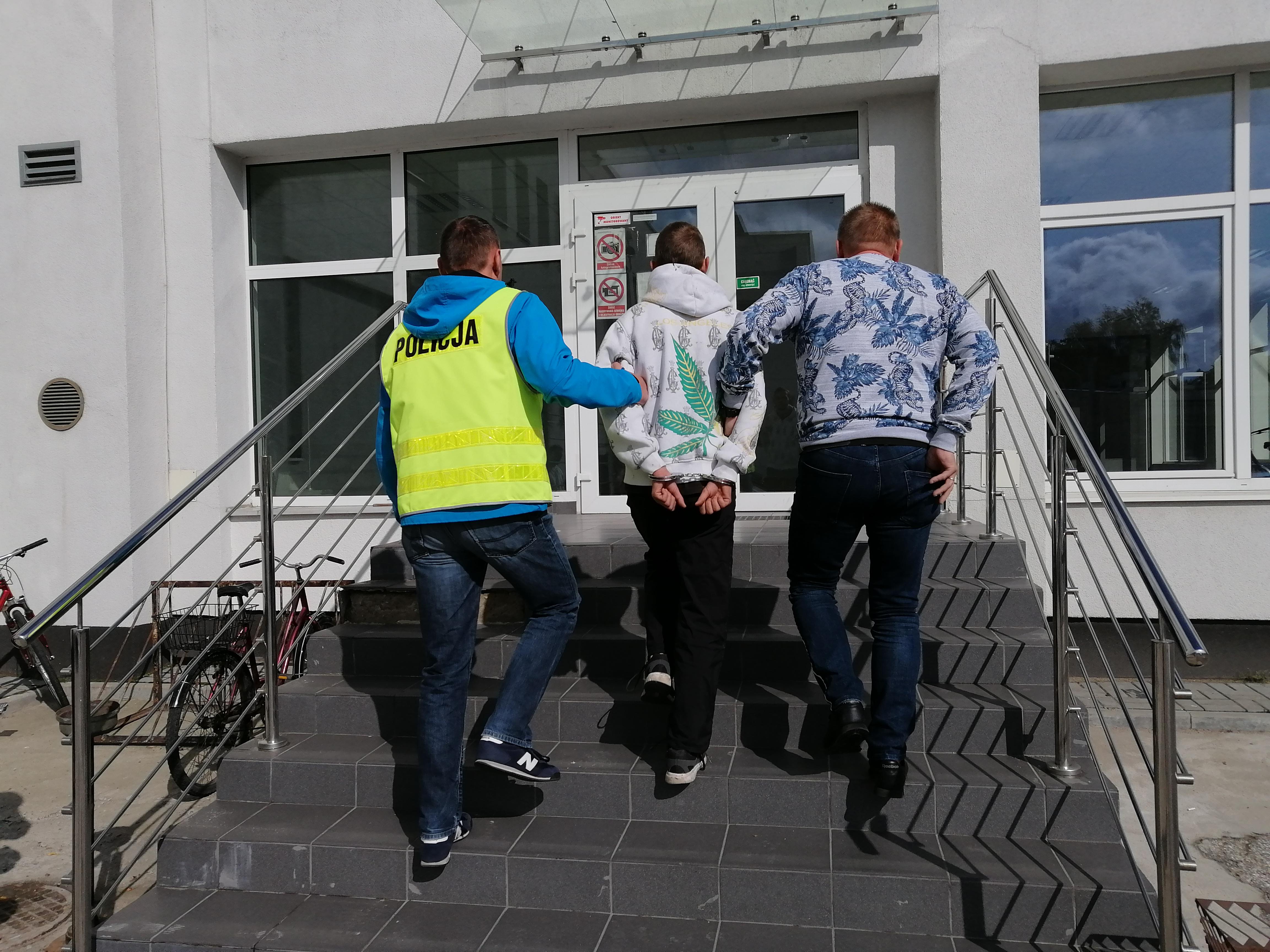 Photo of Kradł ser, a przed policją ukrył się w podwieszanym suficie