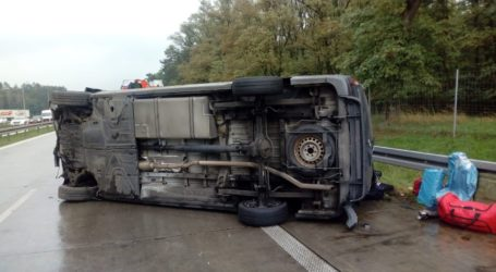 Przewrócony bus na S8. Dwie osoby nie żyją, pięć zostało rannych